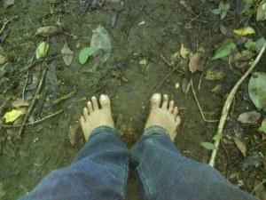 Telanjang kaki, melewati rintangan. JANGAN DITIRU!!